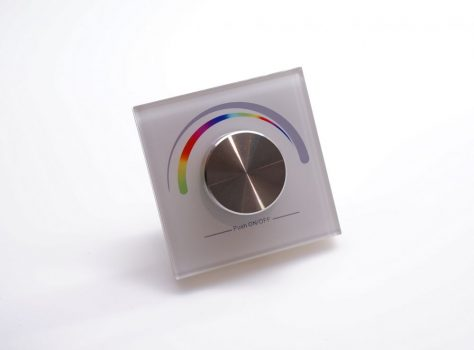 SL-2836 forgógombos RGB LED vezérlő, rádiófrekvenciás működésű, gombelemes